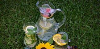 Lemoniady w różnych naczyniach