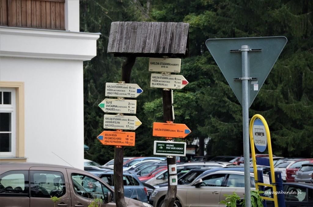 tabliczki z szlakiem w górach
