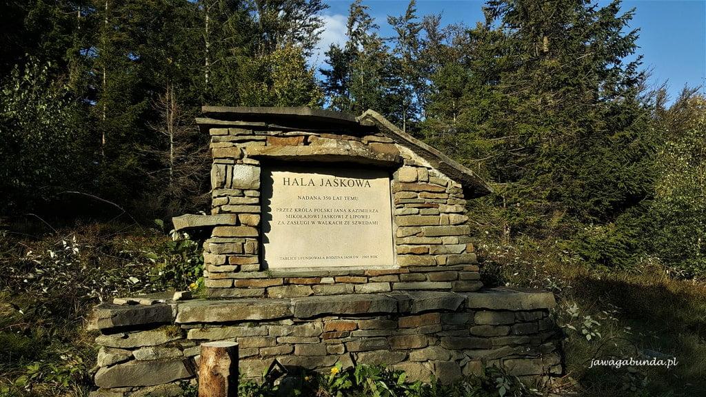kamienna tablica pamiątkowa na stokach Skrzycznego