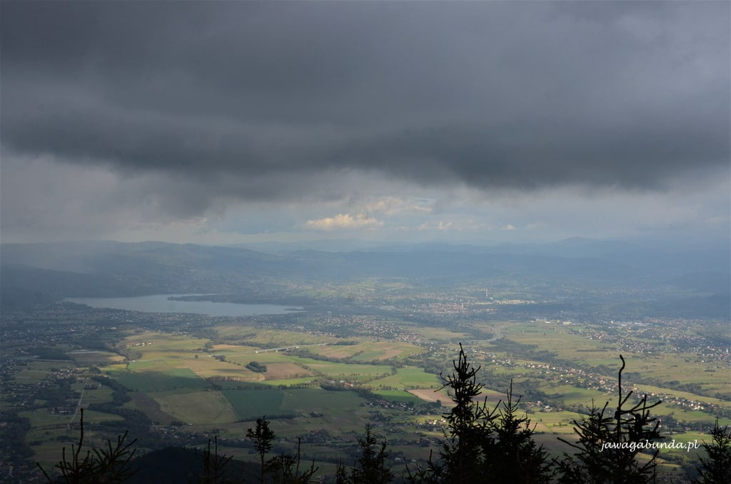 chmury i jezioro w dole