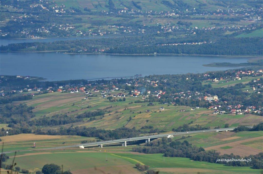 droga i jezioro widoczne z góry Skrzyczne