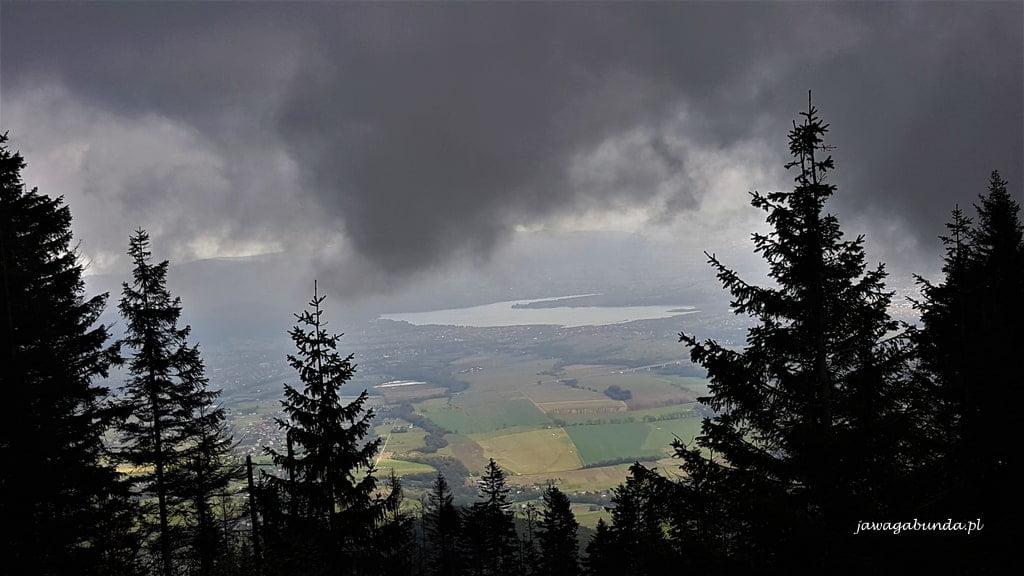 Chmury burzowe na Skrzycznem w dole jezioro żywieckie