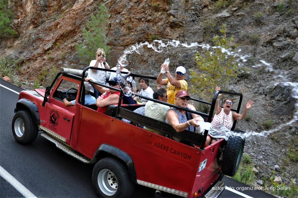 Jeep safari ludzie leją się wodą