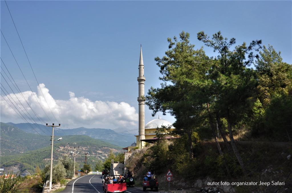 minaret widoczny zza wzgórza
