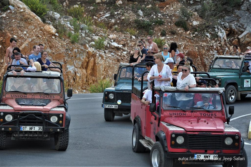 jeep safari radośni ludzie