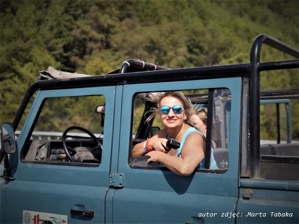 kobieta w samochodzie terenowym