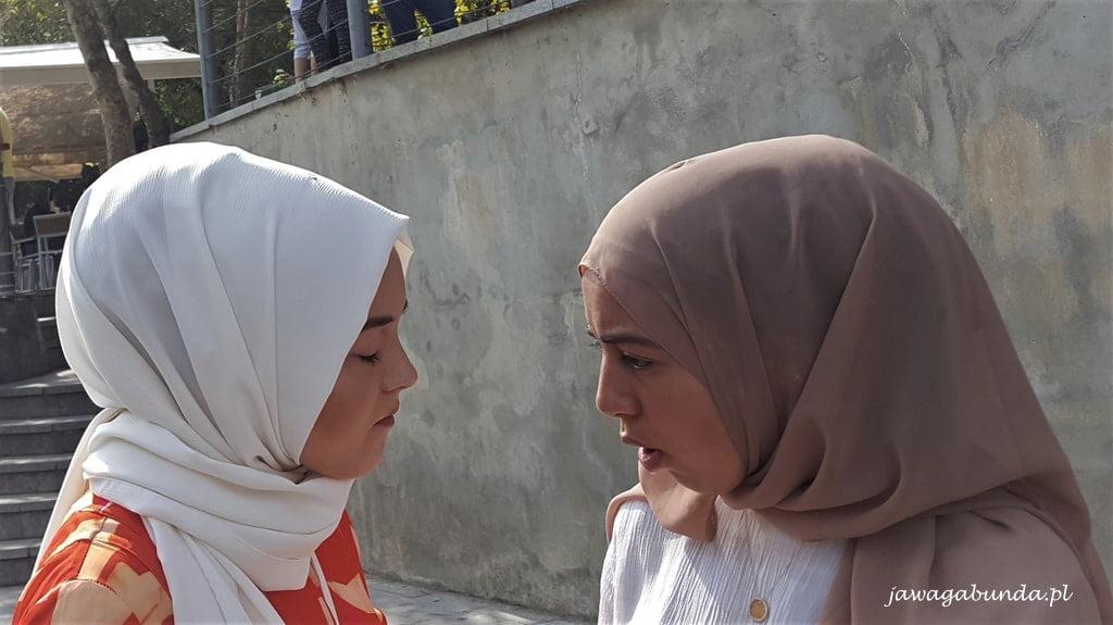 dwie kobiety w chustach muzuałmańskich