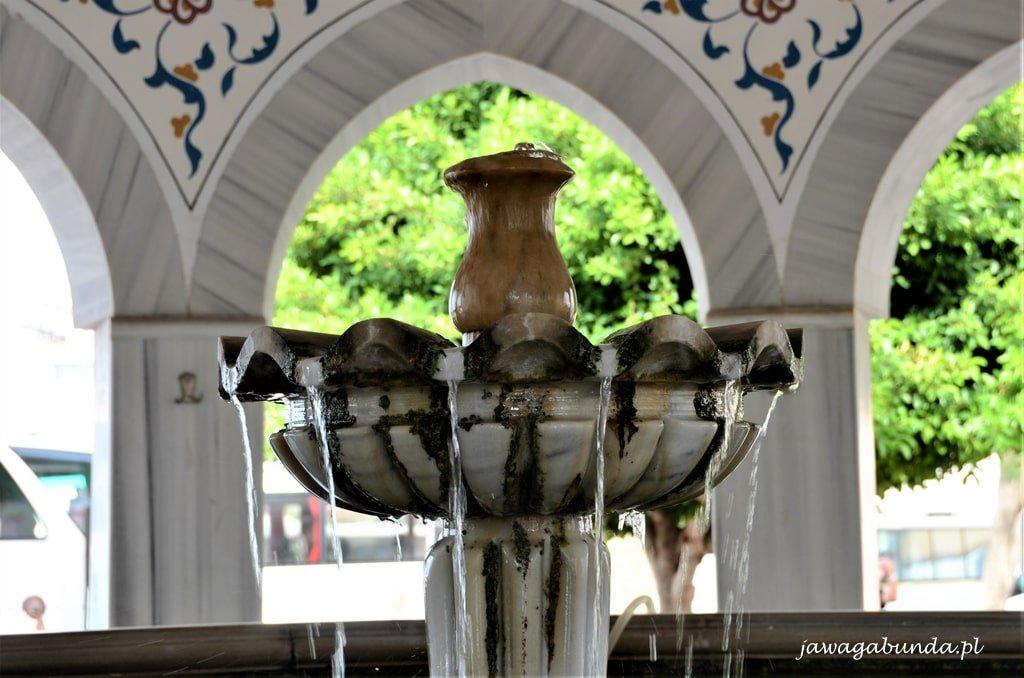 woda w fontannie przed meczetem
