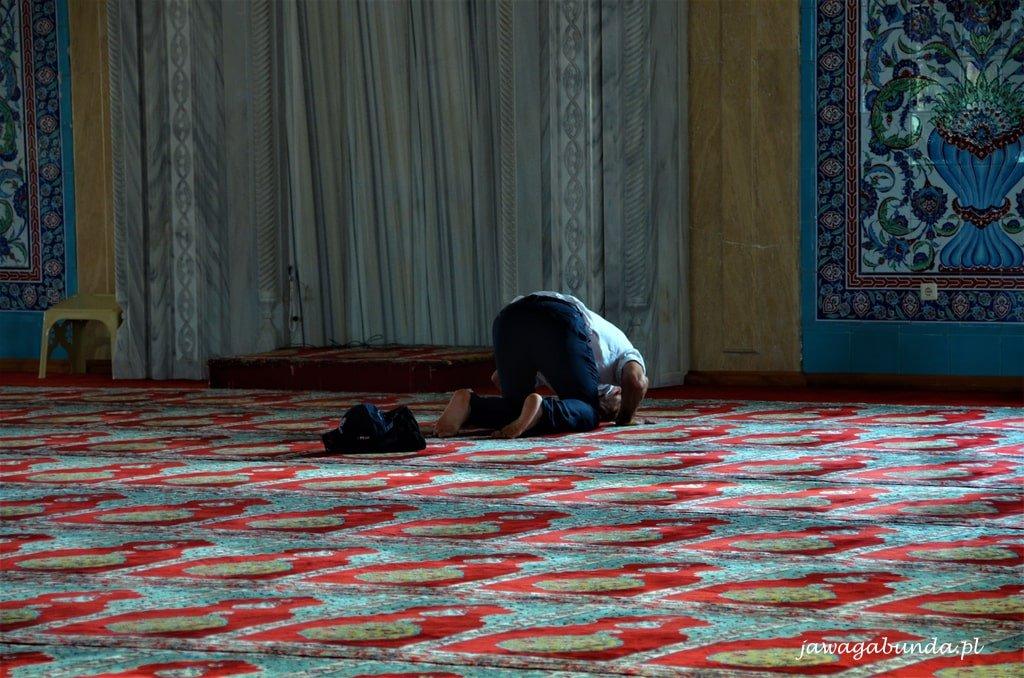 mężczyzna modli się w meczecie