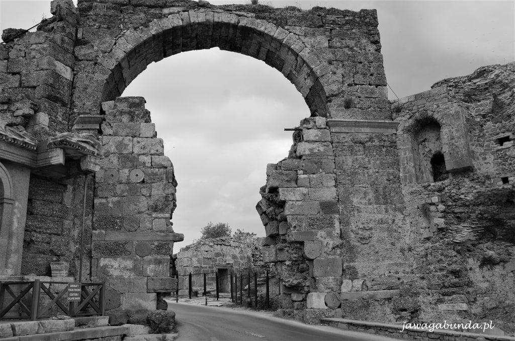 wejście kamienne do antycznego miasta