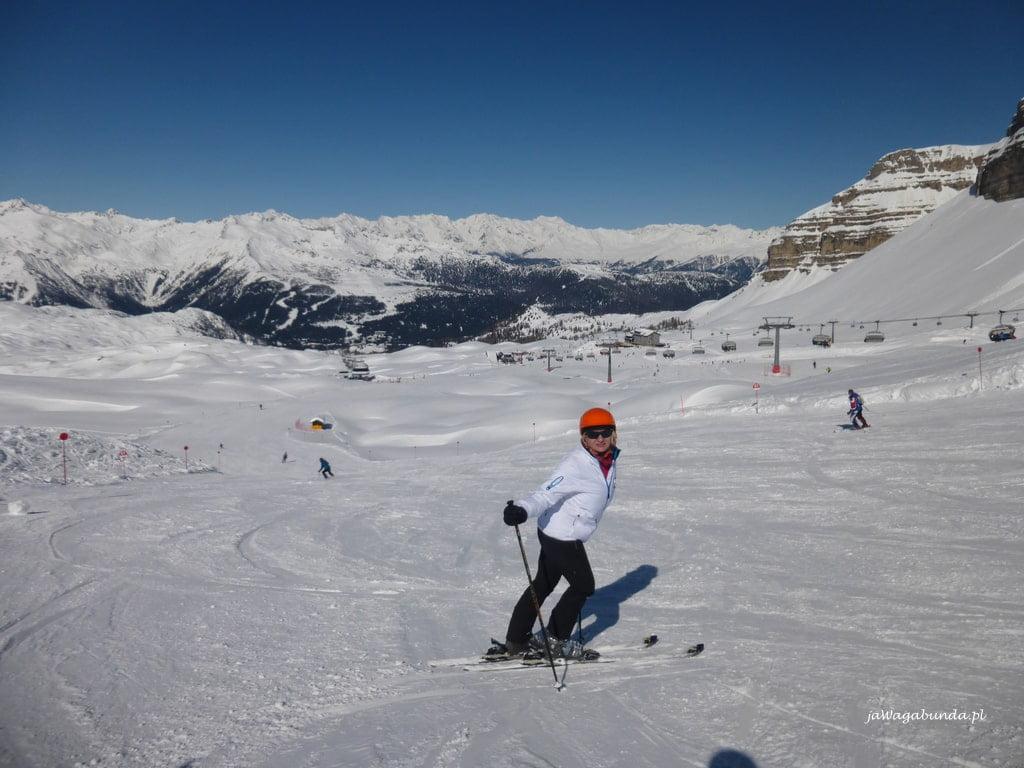 kobieta na stoku narciarskim
