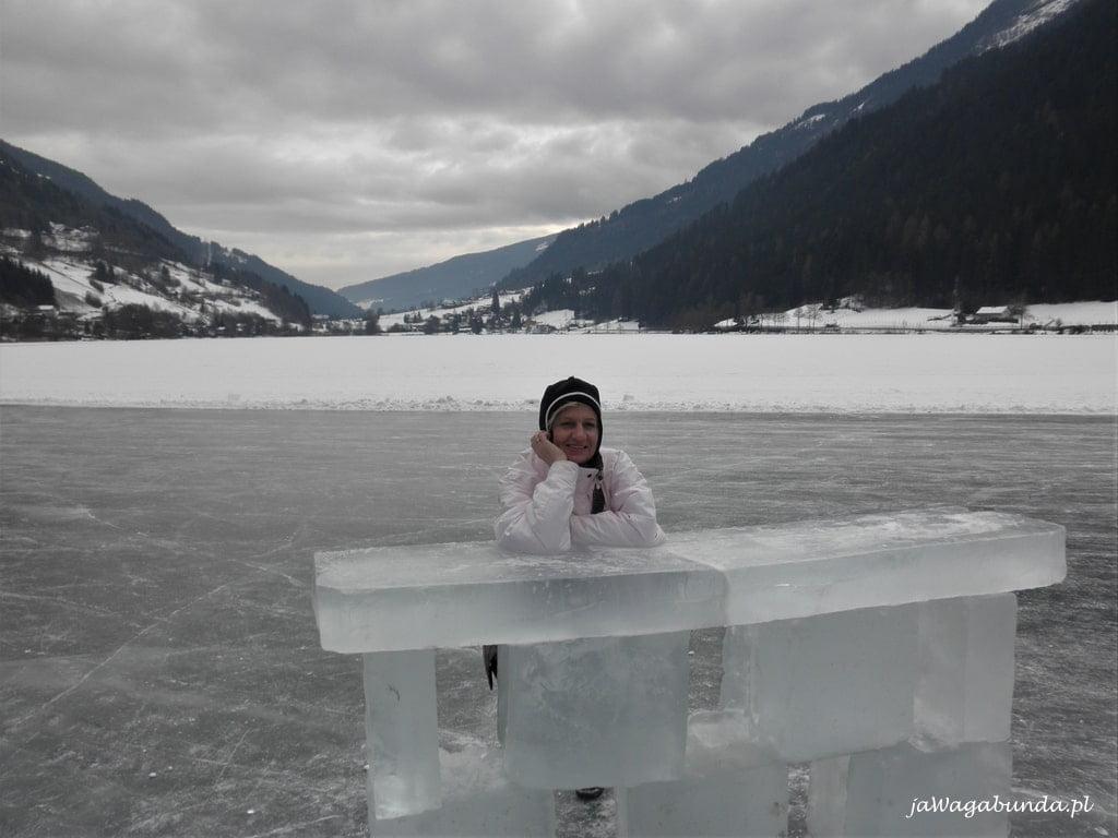 kobieta stoi przy barku zrobionym z lodu