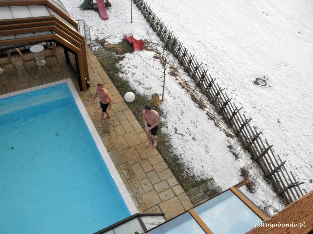 basen otwarty i śnieg