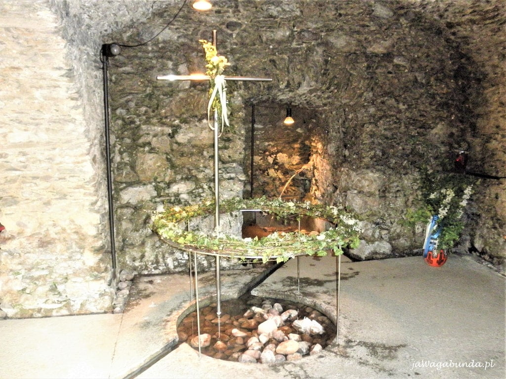 termalne źródełko w kościele i strumyk