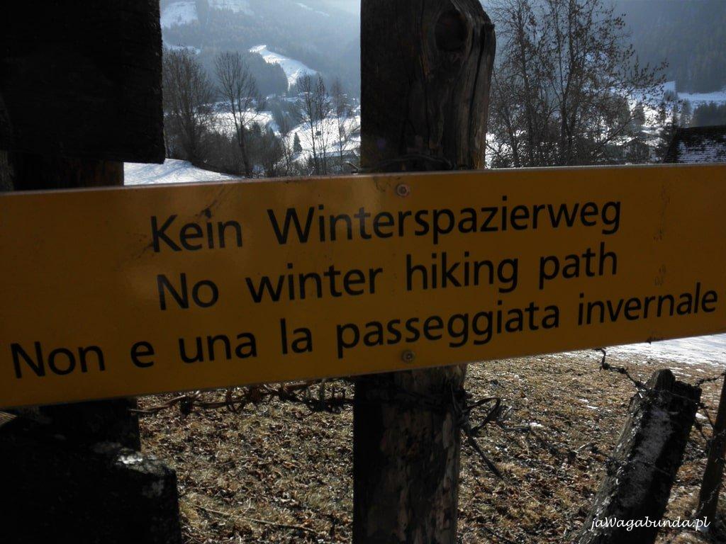 tablice informacyjne o braku przejścia zimą