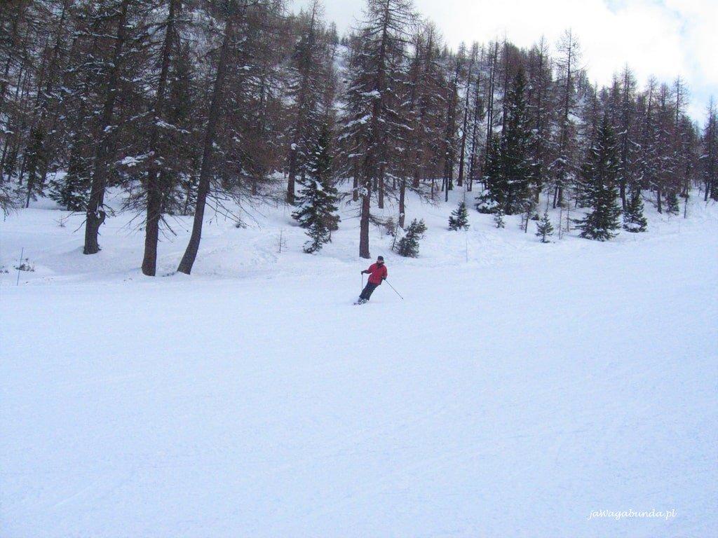 kobieta na trasie narciarskiej