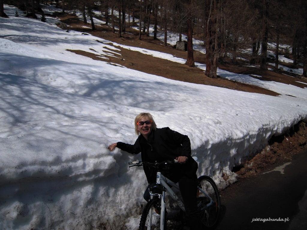 kobieta na rowerze a wokół mnóstwo śniegu
