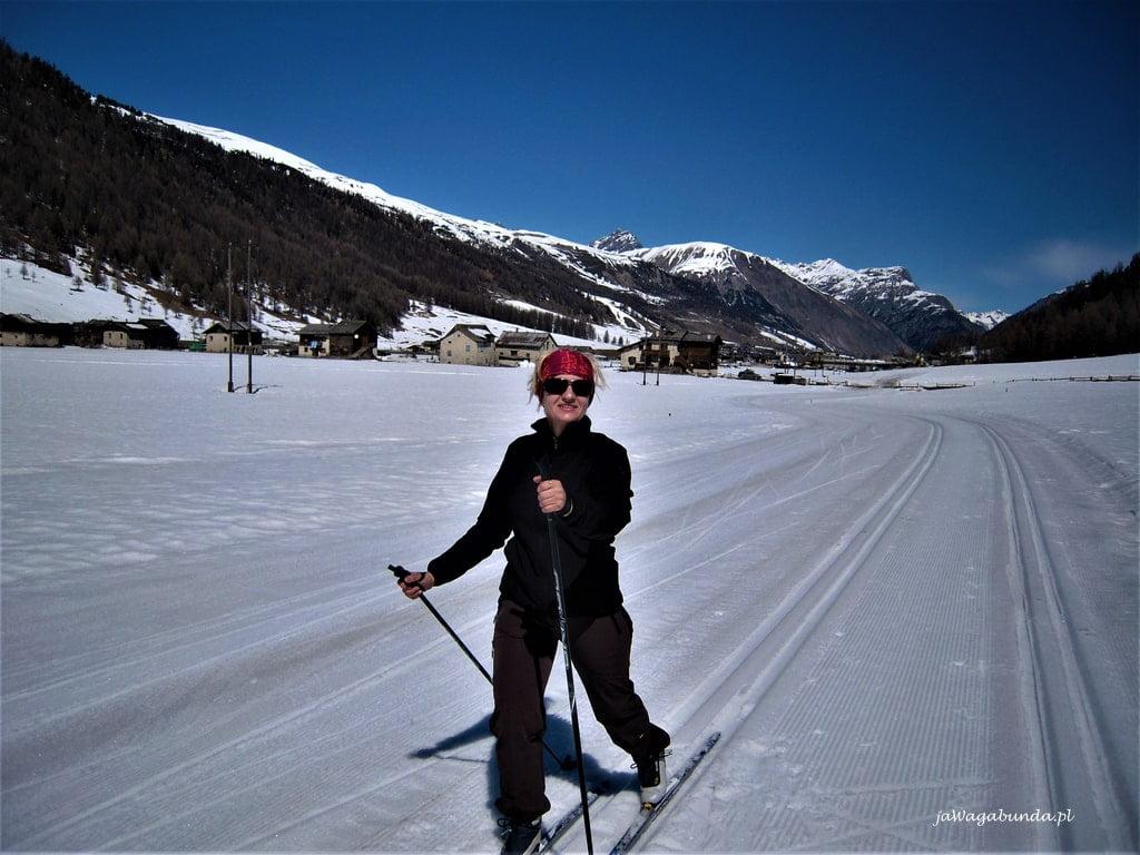 kobieta na nartach biegowych