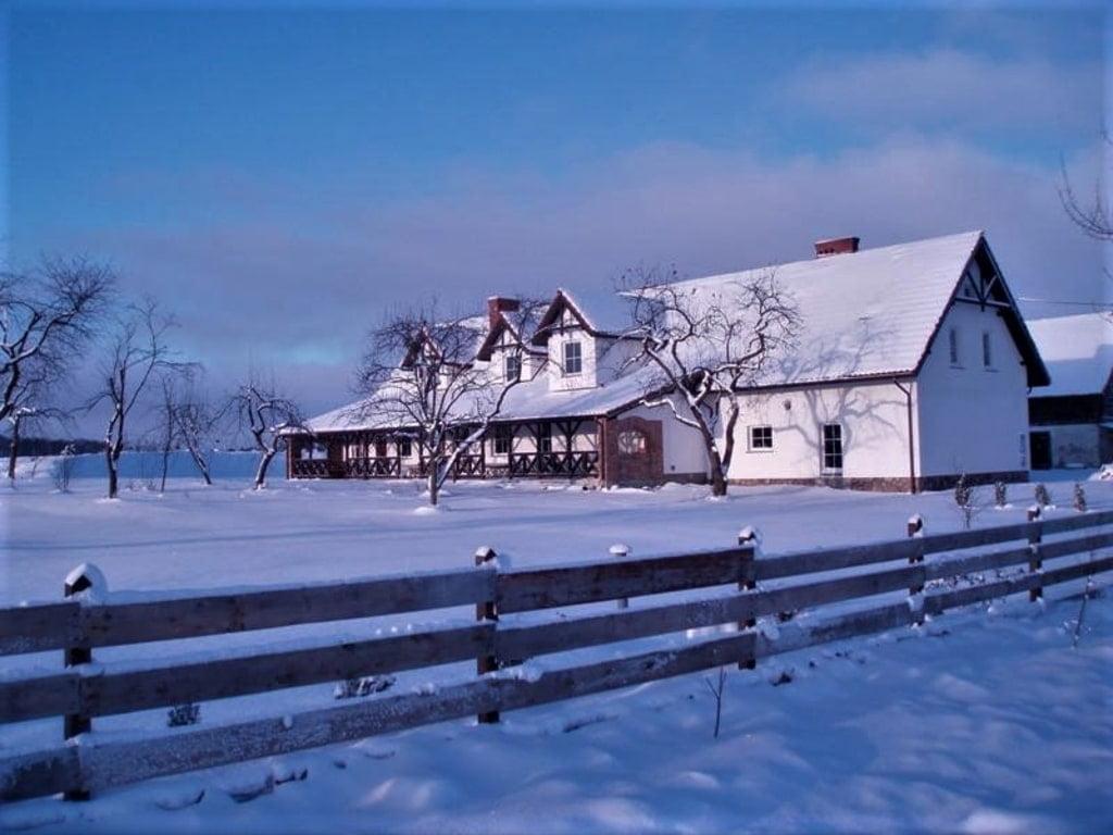 wiejski dom zasypany śniegiem