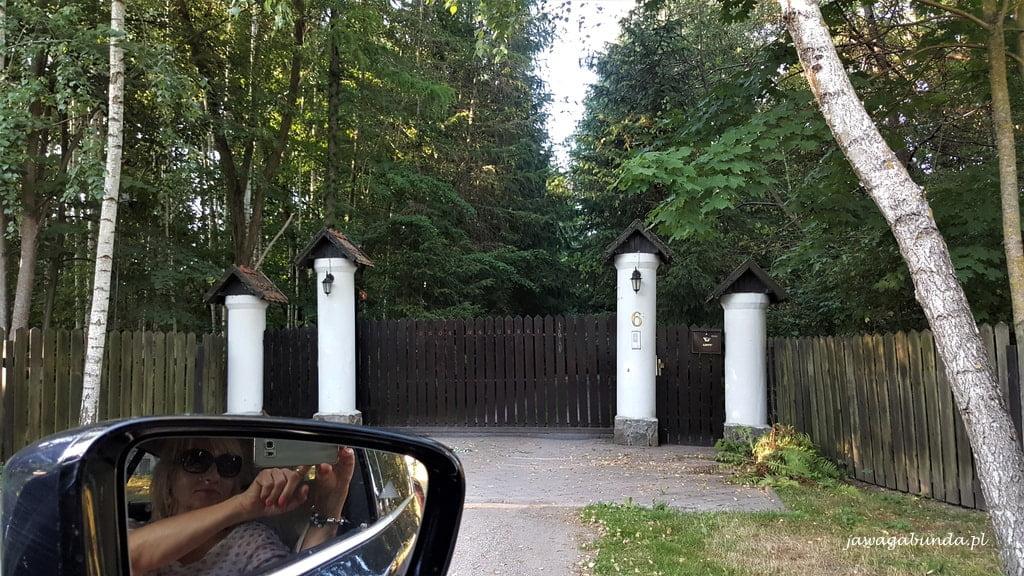 Brama do pensjonatu Łaśmiady
