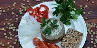 Humus pasta z soczewicy i warzywa na talerzu