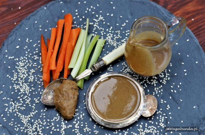 Pasta z sezamu i warzywa