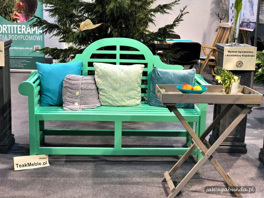kolorowa ławka w ogrodzie