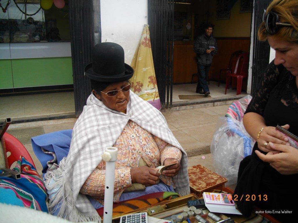 kobieta wymieniająca walutę