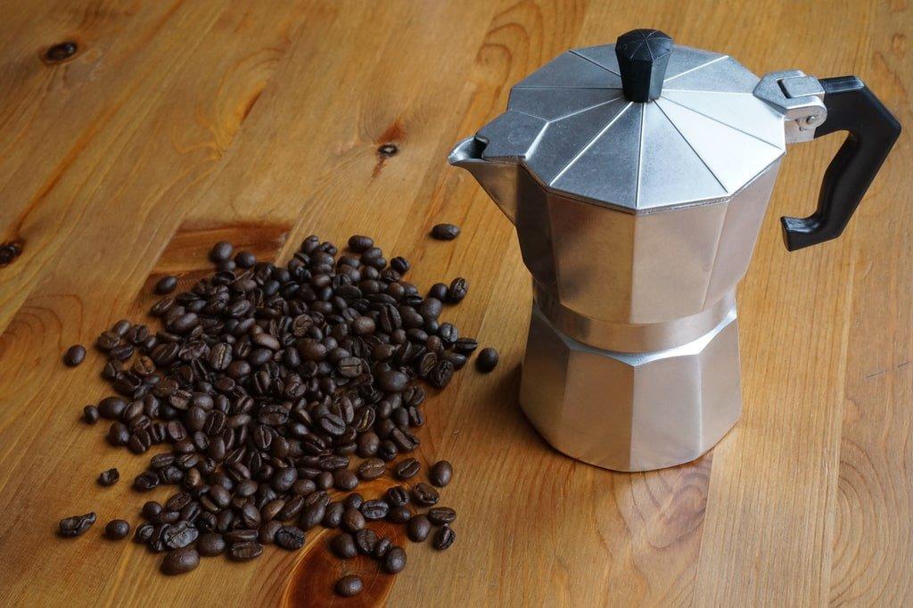 kawiarka i kawa w ziarnach