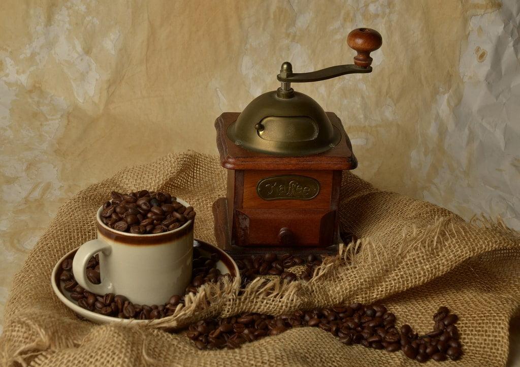 kawa w ziarnach i młynek do kawy