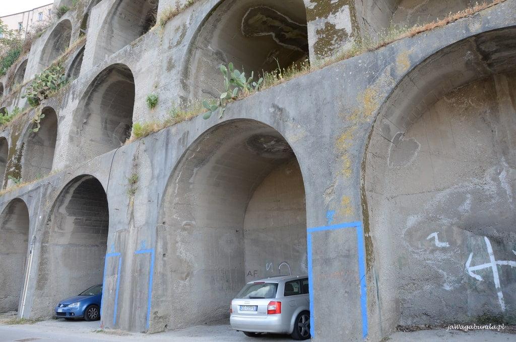 Parking pod skałami Tropea