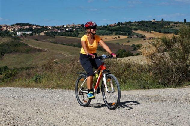 Toskania kobieta na rowerze