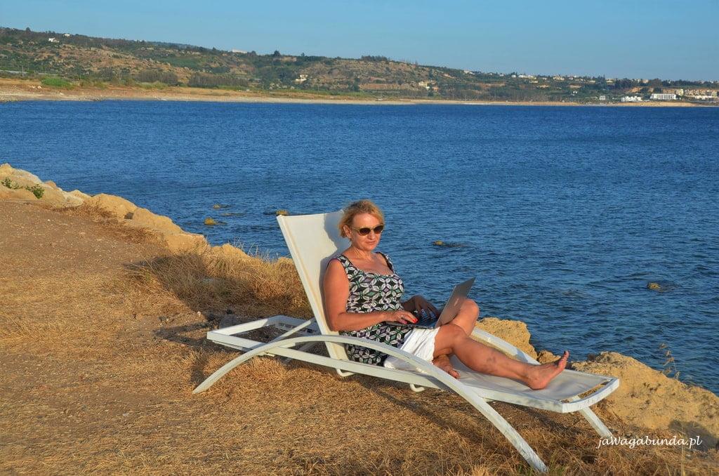 kobieta na leżaku nad morzem