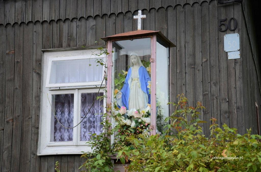 Kapliczka przed domem