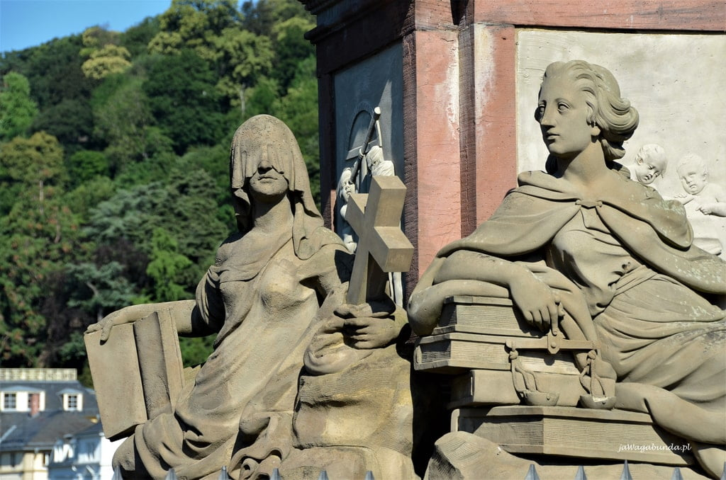 rzeźby na moście