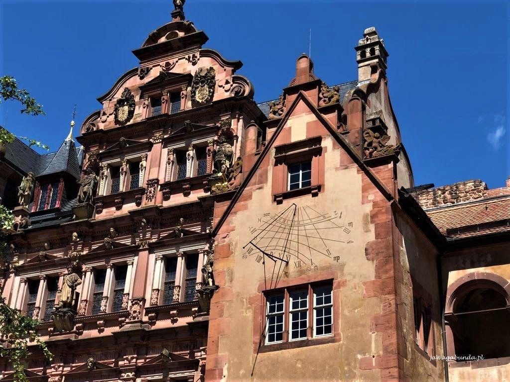 zegar słoneczny na zamku