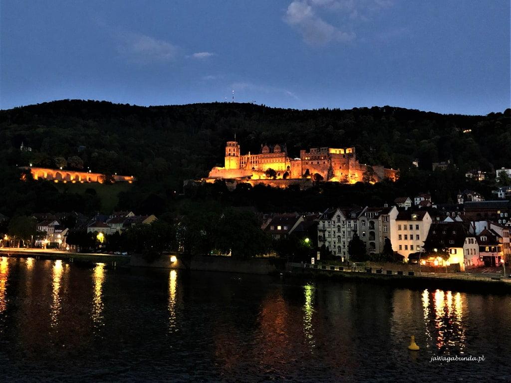 zamek nocą na wzgórzu