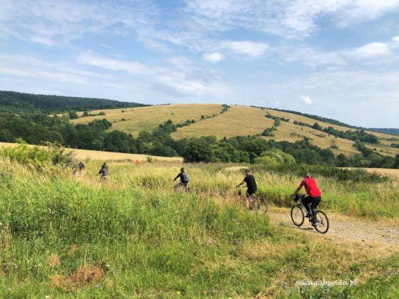 rowerzyści na trasie w górach
