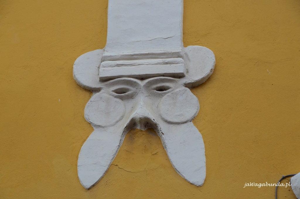 płaska rzeźba twarzy na żcianie