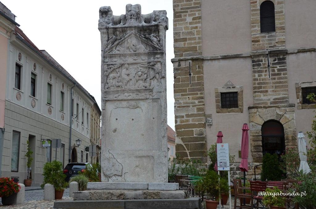 marmurowy pomnik