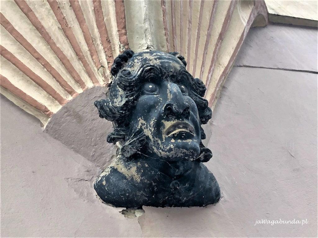 czarna maska na ścianie budynku