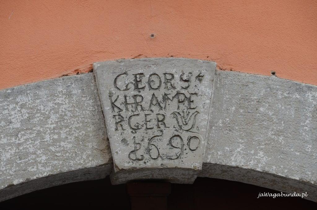 stary napis na murze