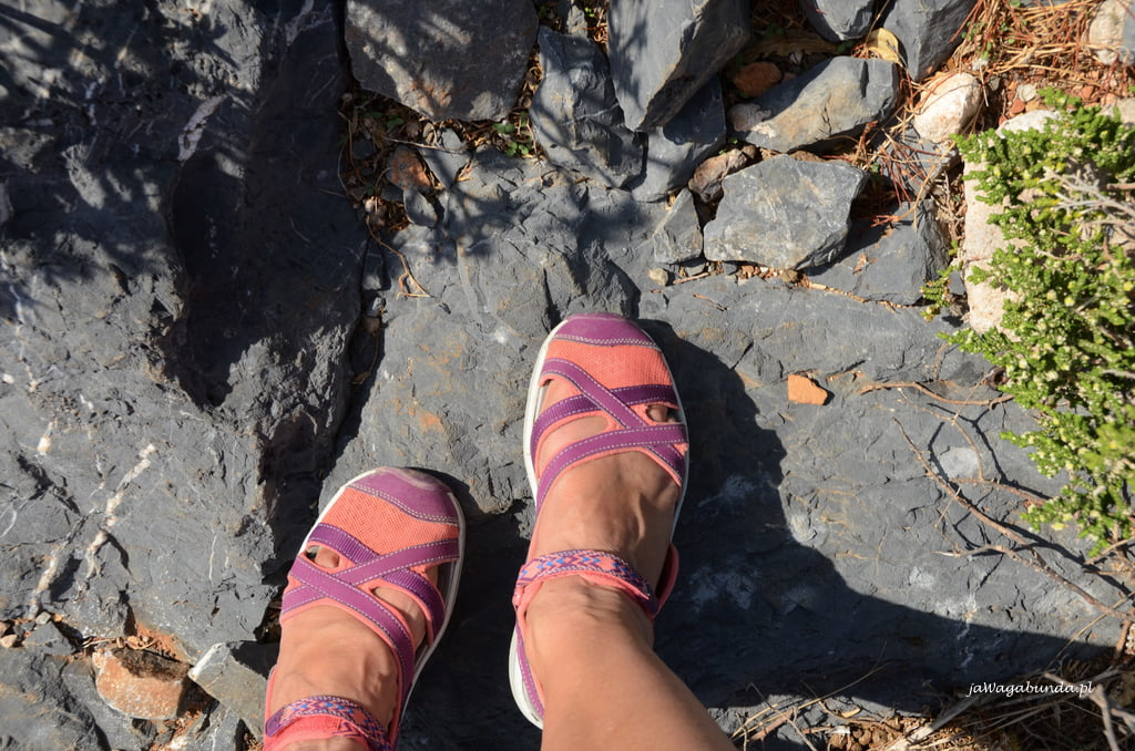 buty Keen na skałach