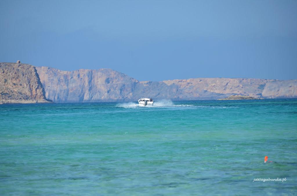 łódka na lazurowym morzu