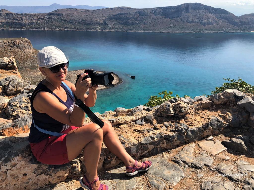 kobieta robi zdjęcie na szczycie górylazur wody