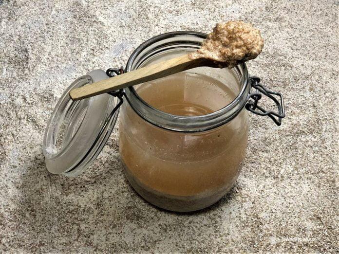 Zakwas na żur śląski w słoiku przygotowany na mące żytniej.