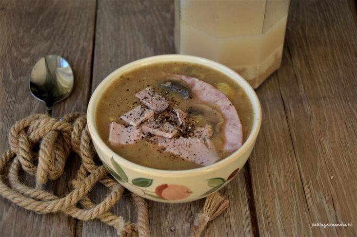 Zalewajka to przepis na odmianę tradycyjnego polskiego żurku. Zalewajka podana z kiełbasą w żółtej miseczce.