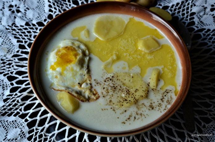 zupa z maślanki z jajkiem sadzonym