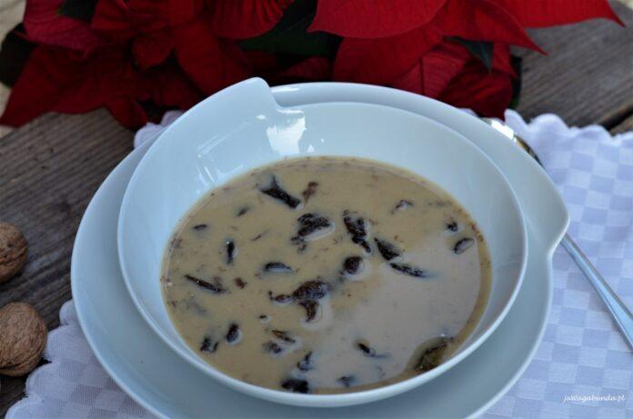 Zabielana zupa grzybowa na wigilijny stół. Grzybowa podana z makaronem w białym talerzu.