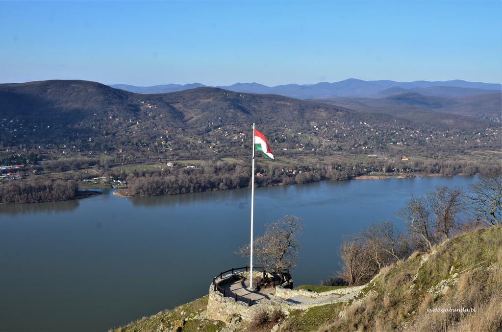 flaga Węgier na tle rzeki Dunaj
